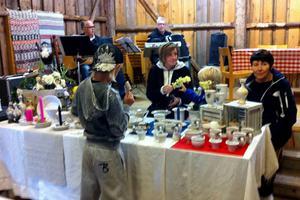 Erling Selling och Gösta Strömbom spelade, vid bordet keramiker Lena Friberg, Barbro Bäckström, Noa och Milo Friberg.