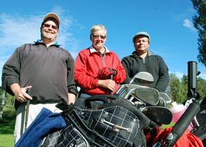 Golftrion Michael Ferlin, Hofors, Ann-Mari Eriksson, Ljusdal och Kent Wikars, Säter trivs i solskenet.