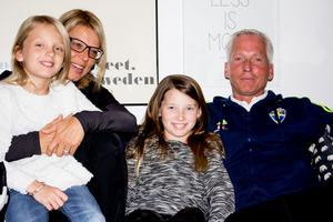 Håkan Sjöstrand med hustrun Camilla och tvillingdöttrarna Elsa samt Ester.