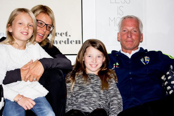 Håkan Sjöstrand med hustrun Camilla och nioåriga tvillingdöttrarna Elsa samt Ester.