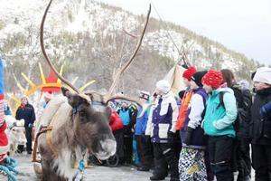 Sofie Jonsson från fjärde klass och Nella-Stina Wilks Fjällgren, femte klass, båda från Funäsdalens skola, tyckte att det var skönt att slippa skolan en dag och gå på samisk festival.