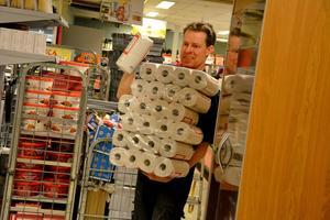 Det har varit jobb både dag som natt för Mikael Norrbom, men snart är alla varor på rätt plats i butiken.