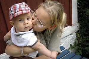 """Ny mamma. """"Det är en klyscha, men det är också sant att det är helt underbart att vara mamma,"""" säger Carolina Gudmundsdotter. Här med sonen Axel Johanesson."""
