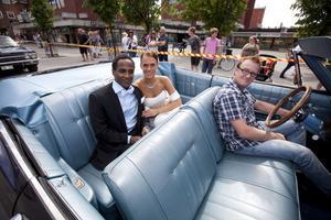 Temesge Gebregeris och Julia Vikberg njöt i baksätet på en Ford Impala från 1957.