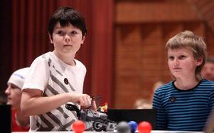Danholn har flera lag i Robotkampen. Här tävlar nioåriga Pontus Johansson och Theo Lindblom.Foto: JOHNNY FREDBORG