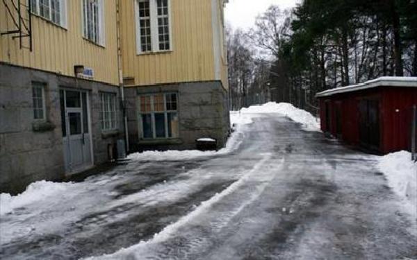 Utemiljön på baksidan av Hedens skola är inte så kul, trots älvutsikten, men fastighetschefen Rolf Olérs lovar att den ska fixas till så att det blir trivsamt.