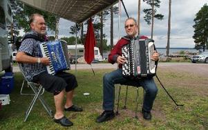 Göran Jäderlund och Magnar Trondsgård brukar träffas på olika spelmansstämmor. Foto: Jennie-Lie Kjörnsberg