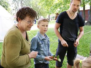 Museipersonalen Ann Nilsén och Richard Schill tillsammans med Viktor Påhlman. Viktor har gjort en barkbåt som varit ute på sin jungfrufärd i dammen framför Länsmuseet.