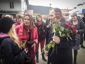 Stefan Löfven delade ut rosor på Åre torg och omgavs av länets ledande S-politiker; Anna-Caren Sätherberg, AnnSofie Andersson och till höger Anne-Marie Johansson. Längst till vänster en väninna till Anna-Caren.