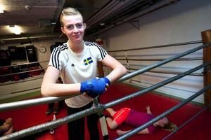 Junior- och ungdomsvärldsmästaren Love Holgersson, 19, är det stora affischnamnet i BK Swings boxningsgala på Folkets hus.