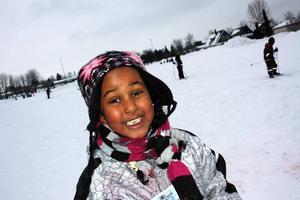 ROLIGT. Snöblåsten bekymrade inte Ferhat. Hon tyckte det var roligt att åka skidor.