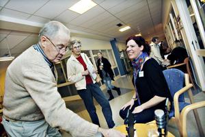 NÖJESSNACK. Arbetarbladets nöjesredaktör Lisa Pehrsdotter fick besök av Hoforsbon Gösta Persson. Var det godisskålen som lockade? Han kom tillsammans med frun Ulla-Britta Persson.