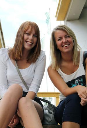 Ett år har gått sedan Linnea Wikström och Evelina Olsson Törnberg tog studenten. Under året som gått har de båda flyttat hemifrån och provat på nya saker. Linnea pluggar och Evelina säsongsjobbade i Sälen.