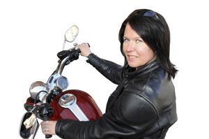 Maria Ödalen skriver återkommande krönikor om mc. Hon är en hängiven motorcyklist sedan många år och kör en Harley Davidson XL 1200 custom, kallad Pärlan.