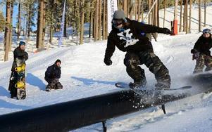 Snowboardåkarna körde så snön yrde när det äntligen blev premiär i backarna. Foto: Anders Mojanis/DT