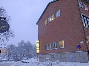 Väggmålningen finns bakom fasadens mittparti.