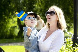 SVENSKA FLAGGANS DAG. William Åsberg, 3, från Stockholm var en av få som viftade med svensk flagga på nationaldagsfirandet i Boulognern. Mamma Carola hängde med så gott hon kunde.