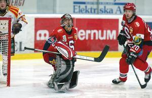 Rastislav Stana och Dick Tärnström i en match där SSK-målvakten höll nollan mot Brynäs. Foto: TT.