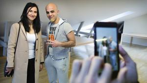Abdulmoein Bashore passade på att låta sig fotograferas med gymnasie- och kunskapslyftsminister Aida Hadzialic (S).