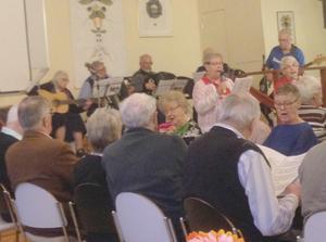 PRO Krylbo-Folkärna har ordnat ett uppskattat musikcafé med många festliga inslag. Foto: Bill Houston