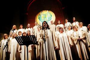 Energin var på topp och vid Isabel Neibs solo gungade hela publiken med. Igår gav kören Spectra Gospel tillsammans med Samuel Ljungblahd allt annat än en klassisk julkonsert.