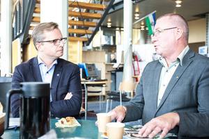 Socialdemokraternas Mikael Damberg i samtal med Mittuniversitetets rektor Anders Söderholm.