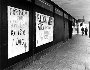 """Tisdagen 12 april 1983. """"Det är inte med glatt hjärta vi river era hem, men det finns 300 tomma lägenheter på Vallby och vi tror inte vi kan hyra ut dem"""", sade Mimers vd Karl-Åke Barkarö vid det protestmöte som samlat 150 hyresgäster.Mimer ville riva hela kvarteret Antikvarien med 225 lägenheter, men efter många uppslitande debatter och protestaktioner backade Mimer. Det blev till slut bara ett par hus som revs, och då i samband med att hela  Vallby renoverades och byggdes om."""