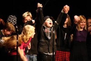 Femmorna på Norra Skolan kunde bara tacka och ta emot när åskådarna applåderade efter showen.