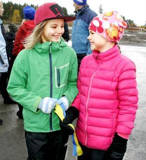 Thea Gustafsson och Irma Danielsson, båda 8 år, är nöjda med att skogen runt villaområdet är kvar.
