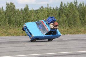 Förutom flyguppvisningar bjöds det på bilåkning på två hjul.