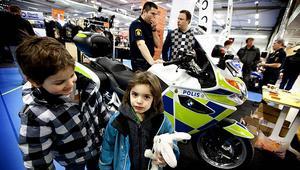Benjamin Drugge och Jonathan Nyqvist tyckte att polisens motorcykel var väldigt intressant.