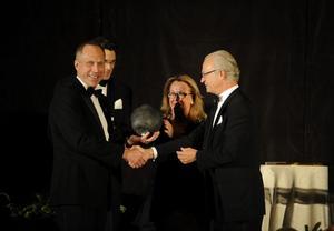 Kung Carl XVI Gustaf delar ut ett pris till Hans Hassle på Plantagon under Royal Gala Award Dinner på Mandarin Oriental i New York. Foto: Jessica Gow / SCANPIX
