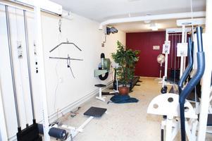 Gamla förråd har blivit gym i polishusets källare. Det är långt ifrån en fräsch miljö.
