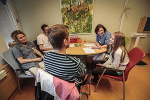 Carina Bodén, sjuksköterska, Love Brande, läkare, Daniel Ivarsson, Anna-Lena Fureman, läkare och Stina Ivarsson samtalar om hur det går för Stina med hennes diabetes.