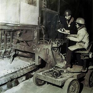 Enligt Kjell Östman var frugan Helga Östman den första kvinnan som började arbeta vid verk 1 på Kubal 1971.