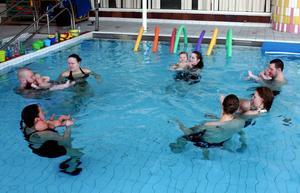 Halvtimmen i den varma bassängen inleds alltid med att man sjunger med barnen.