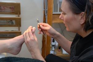 Marie Westerblad pysslar om Kristin Fagerheims fötter. Foto:Therése Larsson