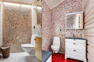 Badrummen har mosaikbeklädda väggar.