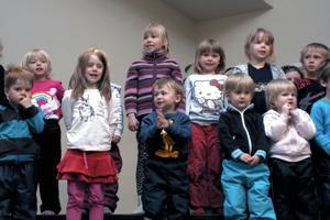 Vi leker träd, sjöng barnen både från Fölet (bilden) och Sparven. Barnen var också hoande ugglor som spanade i skogen i den sången.