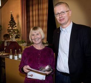 Konstnären Inger Drougge-Carlberg fick ta emot priset av Jan-Henrik Sandberg