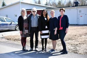 Pia Blomstedt, Mats Jansson, Anita Falk, Malin Höglund och Anna-Lena Hållmats Bergvik utanför den nya gruppbostaden.