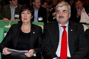 Vaktombyte. Avgående partiledaren Mona Sahlin och tillträdande Håkan Juholt bredvid varandra på Socialdemokraternas extrakongress. foto: scanpix