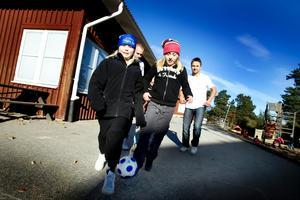 I går fick treorna på Västanbyns skola besök av förre Gävle IF-spelaren Mathias Woxlin och John Wall från Sandvikens IF som pratade om hur viktigt det är med kost, sömn och motion. Det vet Moa Jonsson och Maja Byvall redan. Båda tjejerna åker längdskidor. Inför kameran fick de dock dribbla lite fotboll.