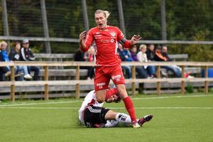 Hemmalagets kapten Joel Åman sparkas ner.