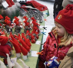 DOCKA. Linnéa Svedlund, fyra år, Hästbo, Torsåker, köpte en liten hemgjord docka.