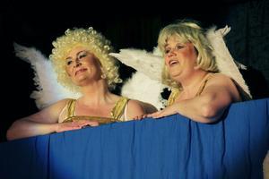 Lina Elofsson och Sofie Widarsson är änglar och presenterar människans tråd genom livet.