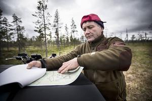 Varje prick på kartan symboliserar en plugg. Pekka Lesonen visar på kartan.