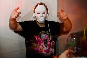 I ett av DJ-båsen fanns Johan Myrgren. Han var simpelt utklädd till en av medlemmarna i MSTRKRFT, ett elektroband kända från MySpace.Vad skrämmer dig?- Spöken! Ingen vet ju om dom finns eller inte, sånt är läskigt.Hur ska man göra för att skrämma dig då?- Stå bakom ett hörn och hoppa fram när jag inte är beredd.