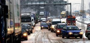 Tidvis var kaoset totalt när trafiken skulle ledas förbi tankbilsolyckan i Bredsand. Köerna var kilomerlånga åt båda hållen och trafiken stod helt stilla när lastbilar som fastnat i halkan skull bärgas.