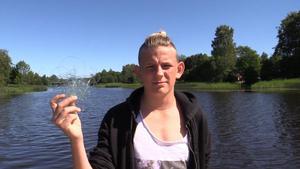 Alexander Ernesäter med fiskelinan som fastnade i en kompis ben.